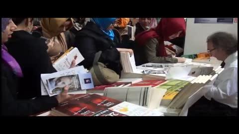 Tarhan 31. TÜYAP Kitap Fuarında kitaplarını imzaladı